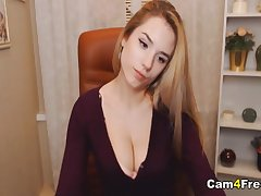 Pretty hot webcam babe on cam pleasing her tight pussy till it gets muddy
